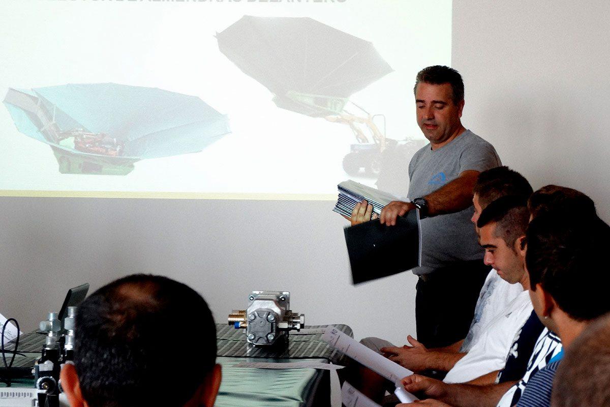 Los asistentes a la Jornada recibiendo la documentación relativa a la formación