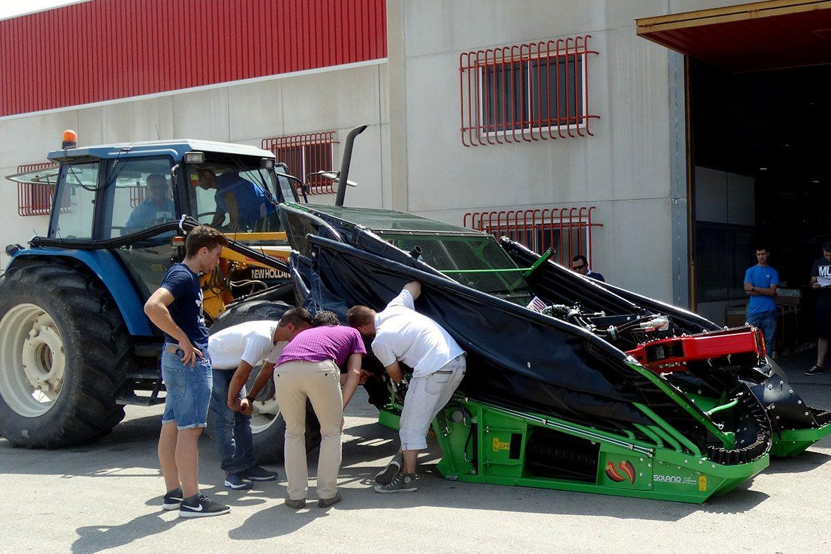 Técnicos especialistas en maquinaria agrícola comprobando las novedades de la máquina