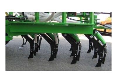 Brazos de siembra independientes en cuatro filas con separación entre filas 400 mm rejas 12 mm con plaquitas de carburo de tungsteno. Despeje bajo chasis 560 mm